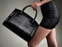 Piękna kobieta trzyma elegancką czarną torbę dziewczyna modna fotografia royalty free