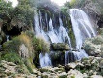 Piękna Kravica siklawa w Bośnia i Herzegovina popularny dopłynięcie i pykniczny teren dla turystów - fotografia stock
