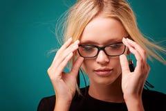 Piękna młoda blondynki dziewczyna z modnymi akcesoriami pozuje w studiu fotografia royalty free
