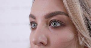 Piękna młoda kobieta z niebieskimi oczami zrobił jej makeup w piękno salonie zbiory