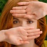 Piękna młoda rudzielec kobieta chuje za rękami obrazy stock