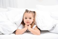 Piękna mała dziewczynka w łóżku w domu bedtime zdjęcie royalty free
