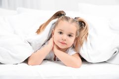 Piękna mała dziewczynka w łóżku w domu bedtime obraz royalty free