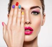 Piękna mody kobieta z barwioni gwoździe Atrakcyjna biała dziewczyna z multicolor manicure'em zdjęcie royalty free