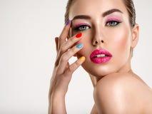 Piękna mody kobieta z barwioni gwoździe Atrakcyjna biała dziewczyna z multicolor manicure'em obraz stock