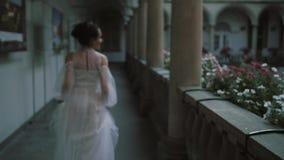 Piękna panna młoda biega między kolumnami architektury domów włocha światła pałac Piękny balkon z kolumnami i kwiatami zbiory wideo