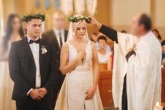Piękna para w kościół Nowożeńcy przysięgają do siebie kochać na zawsze panna młoda, pan młody happy zdjęcia stock
