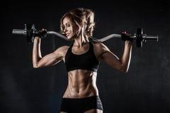 Piękna sportowa kobieta robi ćwiczeniom z barbell fotografia stock