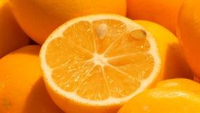 Piękne dojrzałe pomarańcze przy rynku kramem pomarańczowe tło owoc zdjęcie wideo