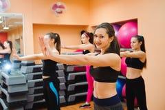 Piękne kobiety ćwiczy aerobiki w sprawność fizyczna klubie zdjęcie royalty free