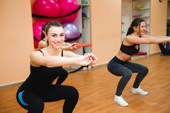 Piękne kobiety ćwiczy aerobiki w sprawność fizyczna klubie obraz stock