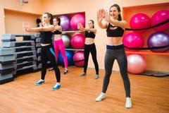 Piękne kobiety ćwiczy aerobiki w sprawność fizyczna klubie fotografia stock