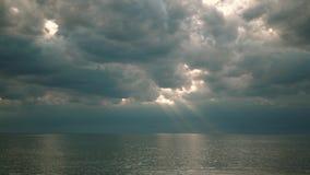 Piękni promienie słońca łamanie przez chmur nad wodnym morzem dużym jeziorem lub zdjęcie wideo