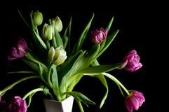 Piękni tulipanowi kwiaty w wazowym sztuki depresji kluczu makro- obraz royalty free