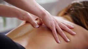 Piękno klinika Młoda kobieta otrzymywa tylnego masaż zbiory wideo