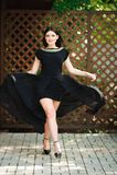 Piękno mody kobieta w modnym długim czarnym wieczór spojrzeniu fotografia royalty free