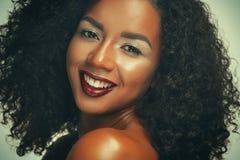 Piękno portret amerykanin afrykańskiego pochodzenia kobieta z afro fryzury i splendoru makeup obraz royalty free