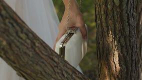Piękny biały kobiety sprzęgła obwieszenie na drzewie zbiory wideo