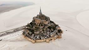 Piękny filmowy strzał, trutnia latania dobro nad ikonowy Mont saint michel wyspy forteca i opactwo przy Normandy Francja, zdjęcie wideo