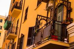 Piękny jasnobrązowy budynek z ładnymi balkonami obraz royalty free
