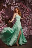 Piękny kobieta model w barwiącej sukni na kwitnącym wiosny tle Piękno dziewczyna z oszałamiająco fryzurą i makeup obrazy stock