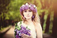 Piękny kobiety twarzy outdoors portret kwiatów dziewczyny ilustracyjny wiosna wektor fotografia royalty free