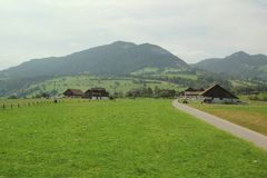 Piękny krajobraz z małymi domami na trawy łące zdjęcie royalty free