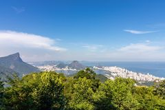 Piękny krajobraz z tropikalnym lasem deszczowym, dzielnicą miastą Leblon, Ipanema, Botafogo, Laguną Rodrigo De Freitas i górami, zdjęcie royalty free