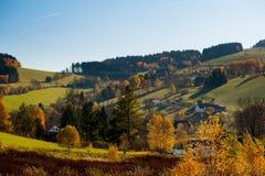 Piękny lato krajobraz przy zmierzchem wieśniacy Uroczy krajobraz wieś domy z latać i wzgórza niebieskiego nieba i samolotów obraz royalty free
