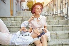 Piękny lesbian pary przytulenie Miłość i pasja między dwa dziewczynami fotografia stock