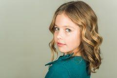 Piękny mała dziewczynka model na popielatym tle zdjęcie stock