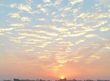 Piękny niebo pełno chmury i słońce fotografia royalty free