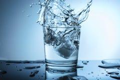Piękny pluśnięcie woda na błękitnym tle fotografia royalty free