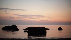 Piękny różowy zmierzchu wschód słońca na morzu, uzupełnia spokój, latający seagulls zbiory