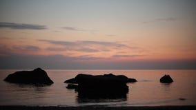Piękny różowy zmierzchu wschód słońca na morzu, uzupełnia spokój, latający seagulls zdjęcie wideo