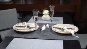Piękny słuzyć świąteczny stół w restauracji zdjęcie wideo