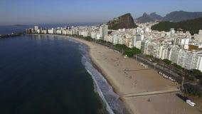 Piękny Tropikalny plaża krajobraz, góry, Luksusowi budynki w Copacabana plaży, Rio De Janeiro, Brazylia zbiory