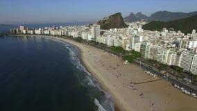 Piękny Tropikalny plaża krajobraz, Luksusowi budynki w Copacabana plaży Cudowny miasto odwiedzać zbiory wideo