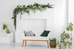 Piękny wewnętrzny pokój z kanapą minimalista Pojęcie projekt, odświeżanie, budynek mieszkalny, dom zdjęcie stock