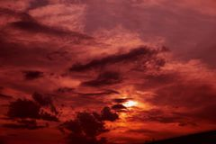 Piękny zmierzch w Moskwa z dużo chmurnieje w niebie Jaskrawi pomarańcze kolory zdjęcie stock