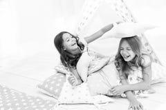 Piżamy przyjęcie dla dzieciaków Dziewczyny ma zabawy tipi dom Dziewczęcy czas wolny Siostry dzielą plotkują w domu mieć zabawę wy zdjęcia stock