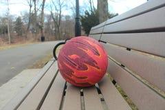 Piłka dla koszykówki na park ławce zdjęcie royalty free