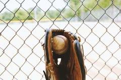 Piłka w baseball rękawiczce ogrodzeniem obraz royalty free