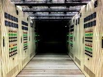 Pièce électrique située dans le secteur dangereux avec de la pression positive, coffret électrique avec le couloir sous le planch photographie stock libre de droits