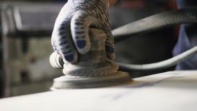Pièce étroite de carlingue de camion de vue polie par le travailleur après peinture clips vidéos