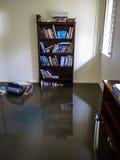Pièce avec de l'eau des eaux d'inondation