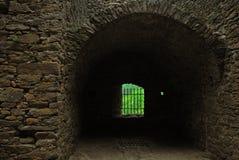 Pièce avec des fenêtres de château photographie stock