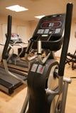 Pièce avec l'équipement de gymnase dans le club de sport, le gymnase de club de sport, la santé et la salle de détente Photos stock