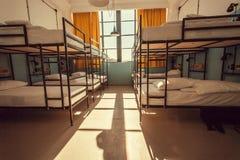 Pièce avec la grande fenêtre à l'intérieur de la pension de randonneurs avec les lits superposés modernes photographie stock