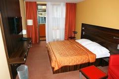 Pièce avec le lit dans l'hôtel de palais Photos libres de droits